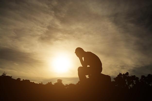 Przygnębiony rozpacz smutek człowiek siedzi