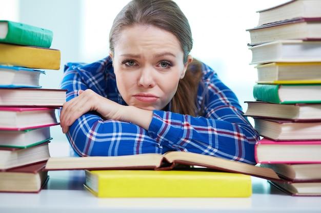 Przygnębiony studentów przed egzaminem