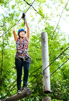 Przygoda wspinaczka parku linowego - kobieta na kursie kasku górskiego i sprzętu bezpieczeństwa