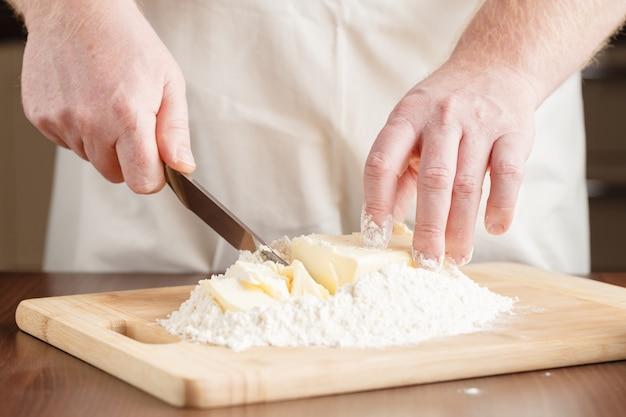 Przygotowanie chleba, dodając masło
