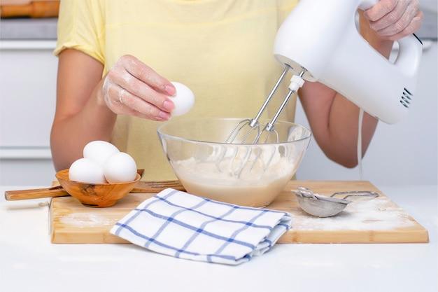 Przygotowanie ciasta na chleb lub domowe wypieki