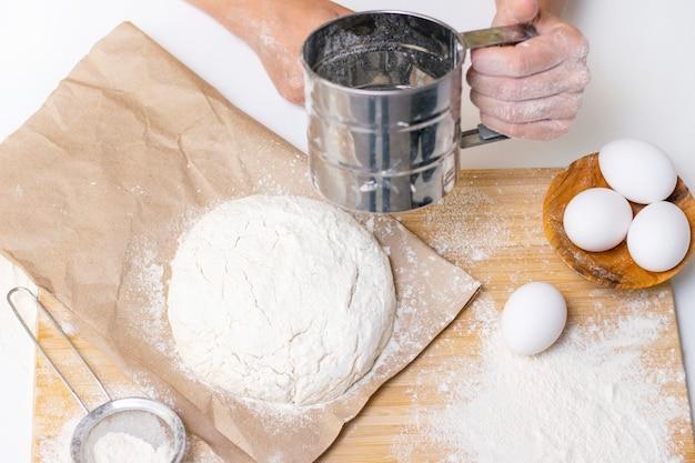 Przygotowanie ciasta na domowe naleśniki na śniadanie. składniki na stole mąka pszenna, jajka