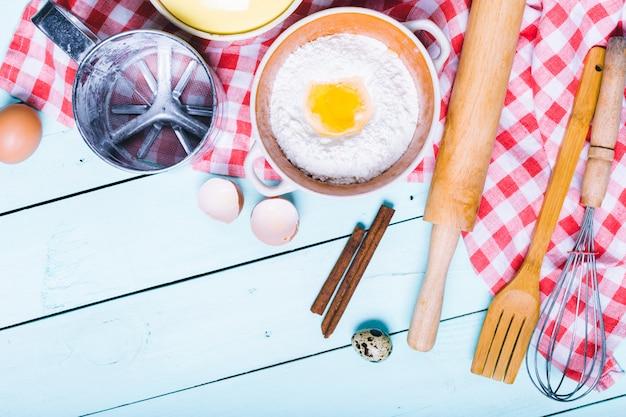 Przygotowanie ciasta. składniki na ciasto - jajka i mąka z wałkiem do ciasta ..