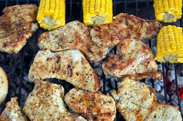 Przygotowanie do burgera na grillu mięso chleb kukurydziany na grillu
