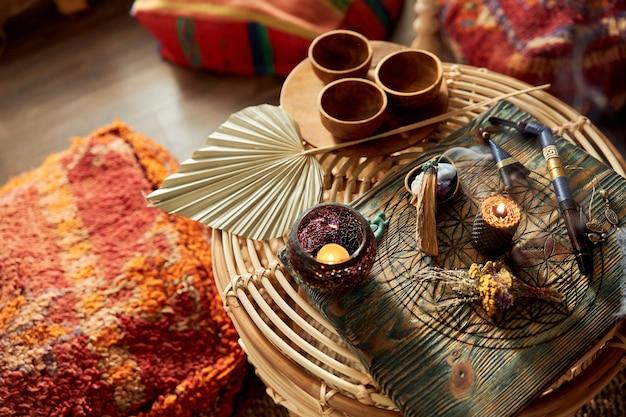 Przygotowanie do ceremonii rappa w pokoju urządzonym w stylu balijskim