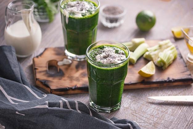 Przygotowanie do czyszczenia napoju ze szpinaku i selera. napój organiczny.