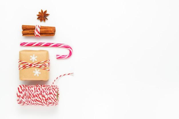 Przygotowanie do ferii zimowych ze wstążką ze sznurka na prezenty i laską cukrową