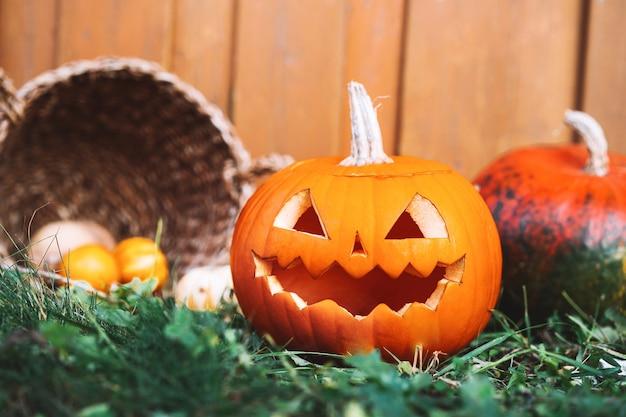 Przygotowanie do halloween jesienny wystrój halloweenowa latarnia z głową dyni