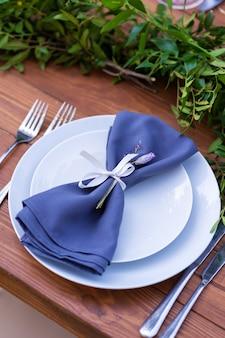 Przygotowanie do imprezy na świeżym powietrzu. ozdobione stołami ze świeżych kwiatów. numer tabeli szczegóły dekoracji.