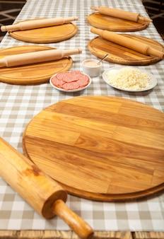 Przygotowanie do lekcji mistrzowskiej z gotowania pizzy w kuchni w kawiarni. gotowanie pizzy w pizzerii.
