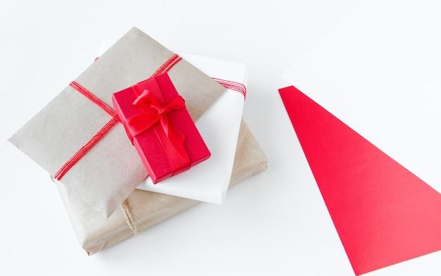 Przygotowanie do pakowania prezentów świątecznych i zbliżenia pustego podpisu