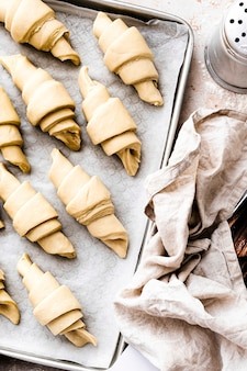 Przygotowanie do pieczenia rogalików fotografia żywności