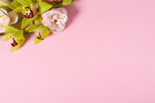 Przygotowanie do przyszłej pocztówki. różowe kwiaty na różowym tle z miejscem na tekst