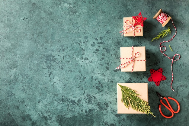 Przygotowanie do świąt bożego narodzenia. opakowanie prezentowe