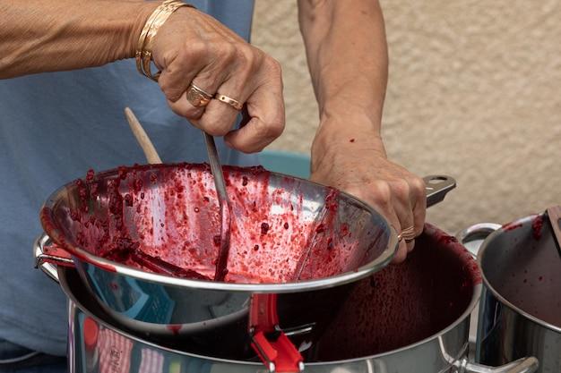 Przygotowanie domowego dżemu jeżynowego na wsi