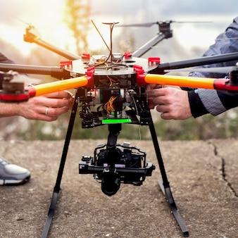 Przygotowanie drona do wzięcia. fotografia dronów.
