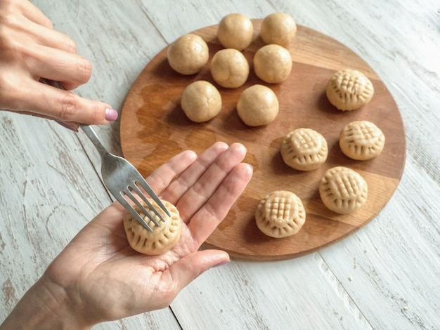 """Przygotowanie egipskich ciastek """"kahk el eid"""" - ciastek z islamskiej uczty el fitr. słodycze ramadan."""