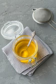 Przygotowanie ghee lub masła klarowanego. pojęcie diety zdrowej tkanki tłuszczowej