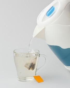 Przygotowanie herbaty gorącą wodą z czajnika elektrycznego