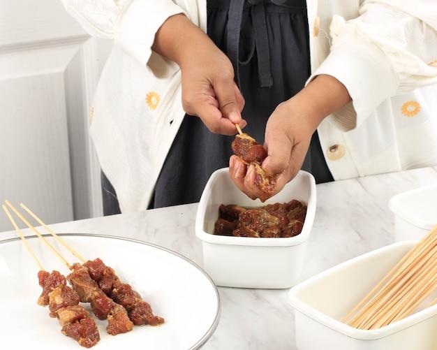 Przygotowanie homemade lamb satay (sate kambing) dla idul adha menu. sate kambing to popularne jedzenie uliczne w indonezji. koncepcja czysta kuchnia