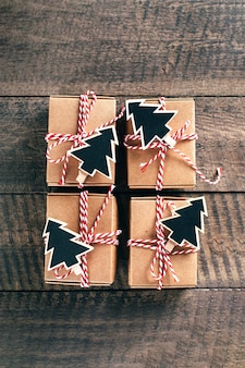 Przygotowanie kalendarza adwentowego. kalendarz adwentowy zapakowane prezenty. widok z góry, płaski układ.