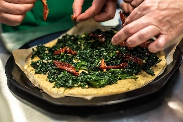 Przygotowanie kanapki pita z kale i hummusem