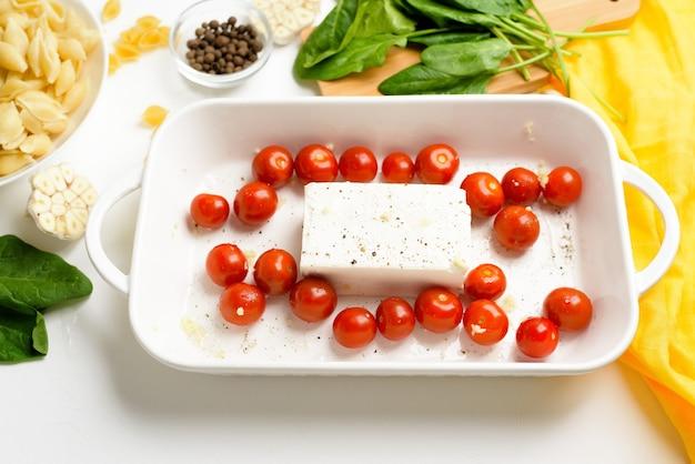 Przygotowanie krok po kroku i składniki do pieczonego w piecu sera feta z pomidorami i makaronem, pieprz i czosnek