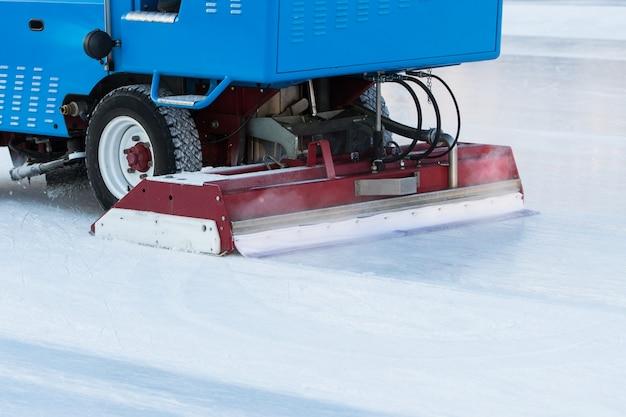 Przygotowanie lodu na publicznym lodowisku pomiędzy sesjami w plenerze wieczorem