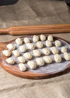 Przygotowanie manty: ziemniaki z ciasta mięsnego.