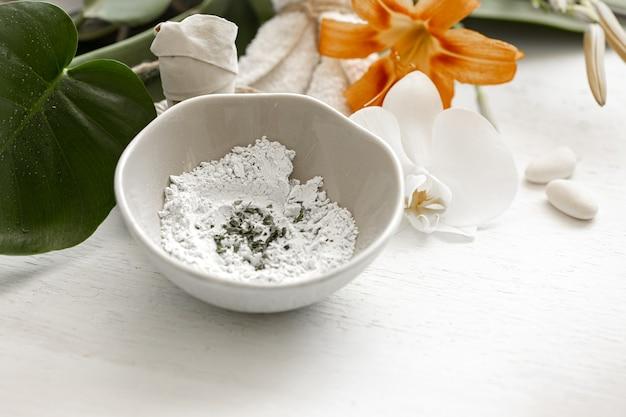 Przygotowanie maseczki kosmetycznej z naturalnych składników, pielęgnacja skóry twarzy w domu lub w salonie spa.