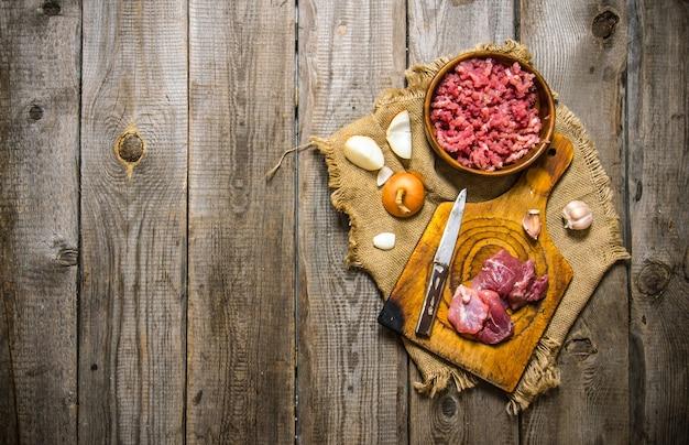 Przygotowanie mięsa mielonego i cebuli na starej tkaninie
