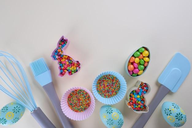 Przygotowanie pierników. wielkanocne foremki do ciastek, narzędzia niezbędne do zrobienia piernika, kolorowe posypki. wielkanocna koncepcja.