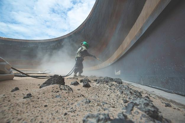 Przygotowanie płyty korozyjnej powierzchni pracownic przez piaskowanie wewnętrznego oleju zbiornika