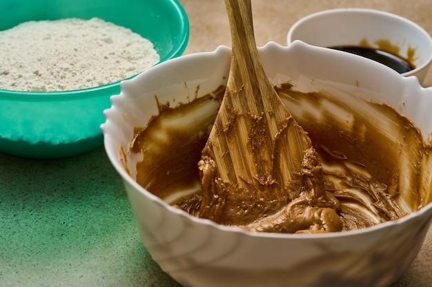 Przygotowanie składników ciasta piernikowego i łopatki do miski