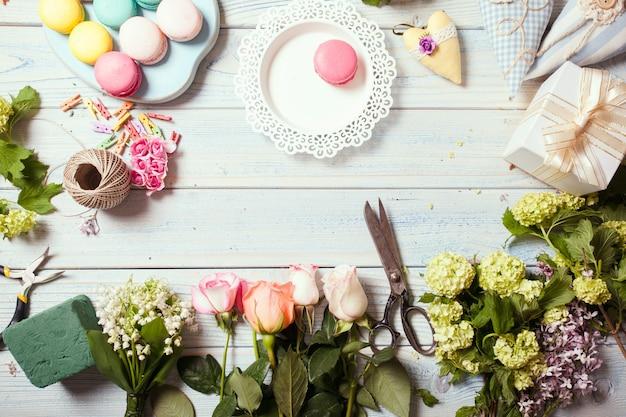 Przygotowanie skrzynki na kwiaty z makaronikami, widok z góry miejsca pracy kwiaciarni