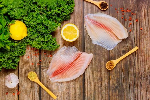 Przygotowanie surowych filetów tilapia z przyprawami i ziołami