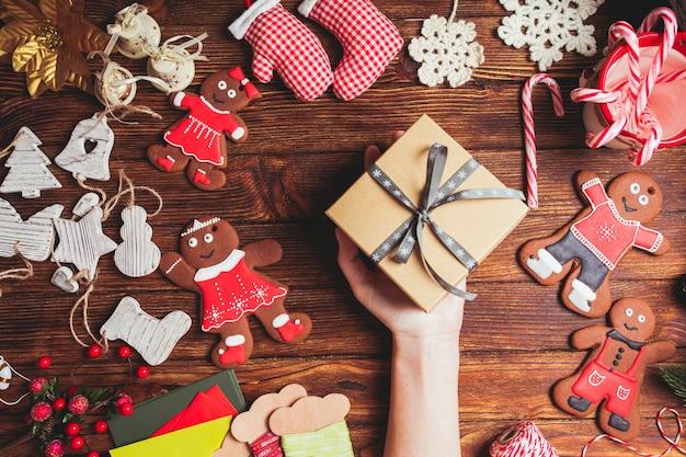 Przygotowanie świątecznego pudełka na prezent dla przyjaciół
