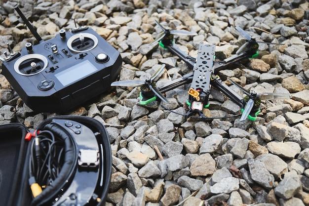 Przygotowanie szybkiego quadkoptera wyścigowego do lotu. wyścigowy dron. koncepcja hobby