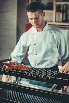 Przygotowanie tradycyjnego steku wołowego