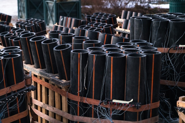 Przygotowanie wielkiego pokazu sztucznych ogni z tubami wypełnionymi prochem i przewodem elektrycznym na ziemi.