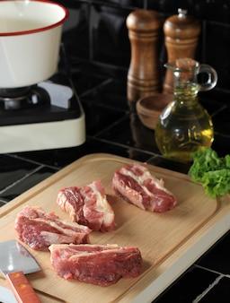 Przygotowanie żeberek wołowych przed gotowaniem w kuchni