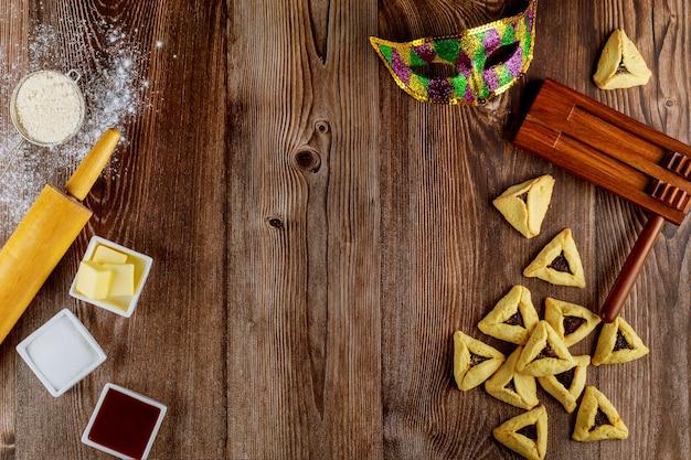 Przygotowanie żydowskich ciasteczek hamantaschen ze składnikami na purim.