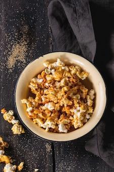 Przygotowany solony popcorn