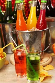 Przygotowany stół z napojem na imprezę