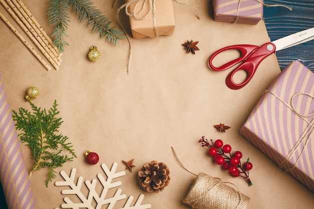 Przygotowując się do świąt bożego narodzenia, pakując prezenty i wykonując dekoracje