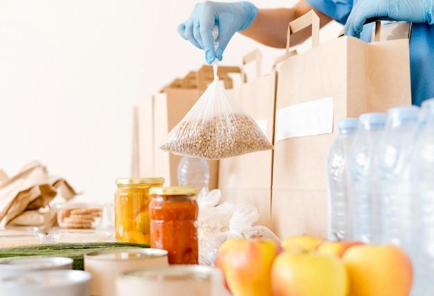 Przygotowywane są torby na datki z żywnością