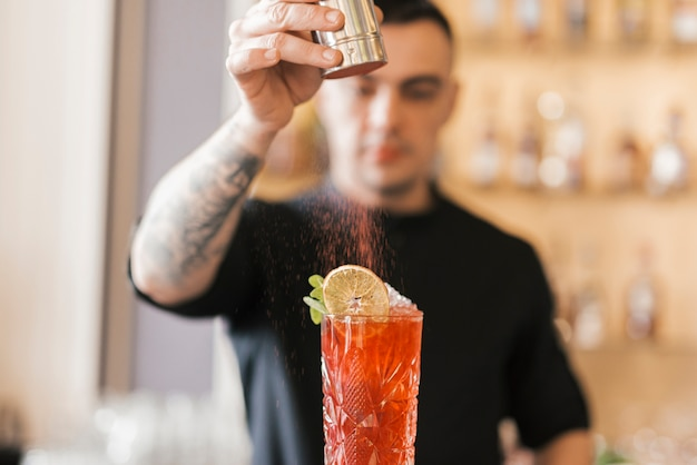 Przygotowywanie orzeźwiającego koktajlu w barze