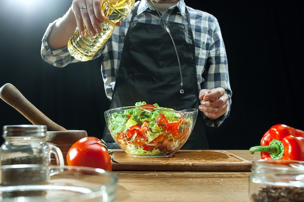 Przygotowywanie sałatki. kobieta szef kuchni cięcia świeżych warzyw.