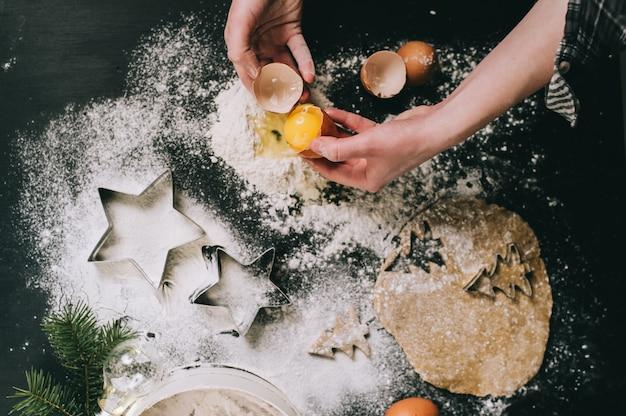 Przygotowywanie świątecznych ciasteczek