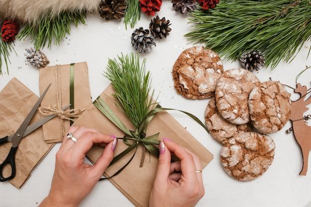 Przygotowywanie świątecznych prezentów na boże narodzenie i nowy rok.